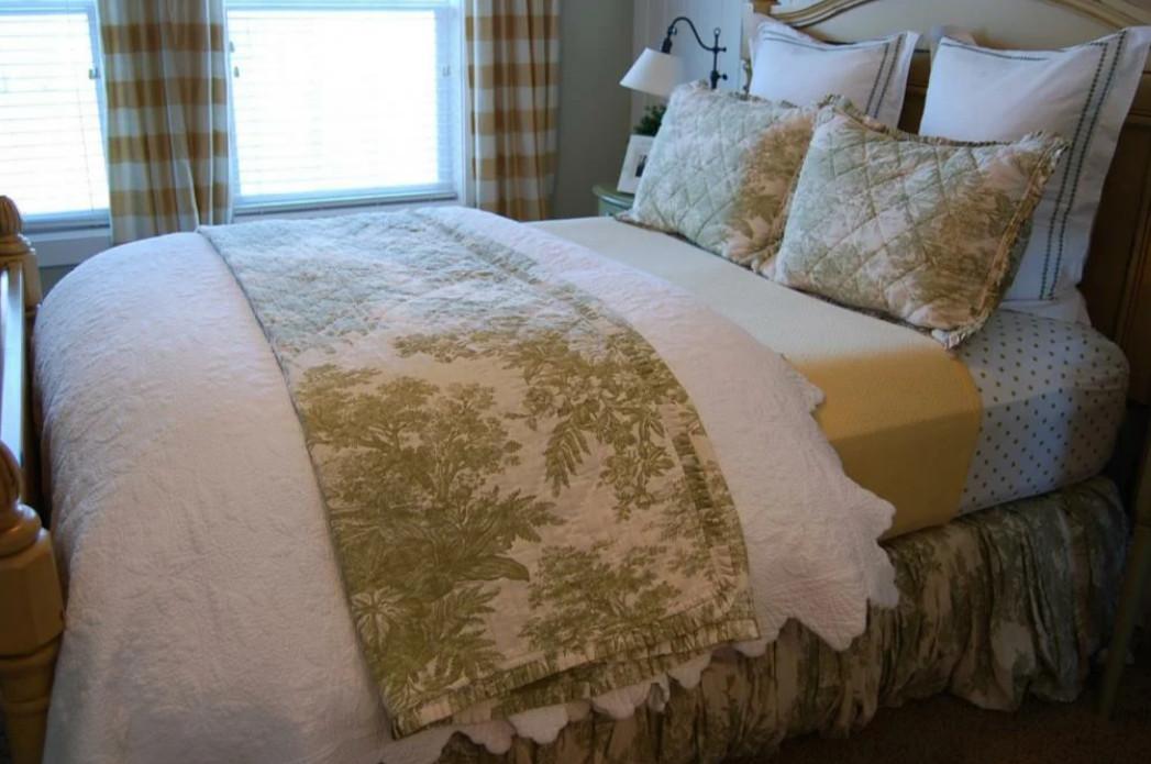 посмотри на кровать